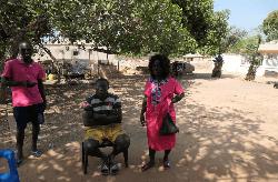 Luis Nthala et sa voisine Julia Morgadu, habitants de Ndane Lero, dans la banlieue de Bissau